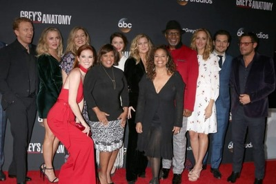 /glamour/the-cast-of-greys-anatomy-whos-dating-who/img/shutterstock_749899582-1-700x466MobileImageSizeReigNN.jpg